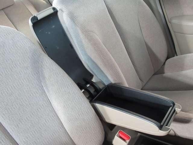 運転席アームレスト装備。