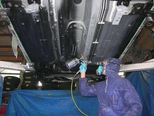 Aプラン画像:マスキングをして丁寧に凹凸部分にもあわせて専用の塩害ガード塗料を施工していきます。