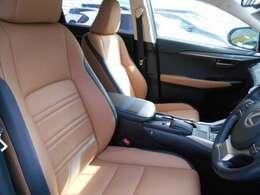 本革の様な風合いの合成皮革エルテックスを採用したシート表皮は、高級感があり、快適です。フロントシートは、両席ともに電動式で、シートヒーターも内蔵しています。運転席座面には、使用感のシワがあります。