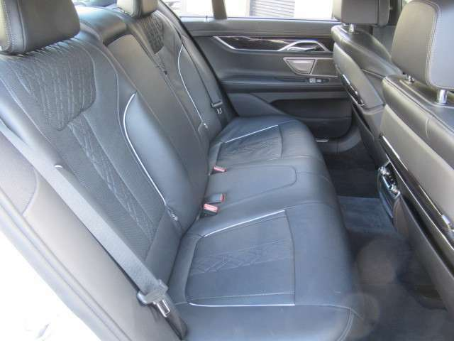 使用感の少ないリアシートです。足元も広くリラックスしてお座り頂けます。シートヒータ、リア独立エアコン、サンシェード等快適にお過ごしいただける装備が満載です!!