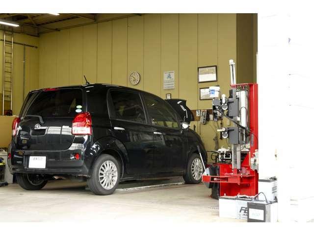 国から認可を受けた自社整備工場は、簡易点検からオイル交換・タイヤ交換・車検・整備・修理までお任せ頂けます。国家整備士が常時在籍しているから直接お話しが出来るのも魅力です。