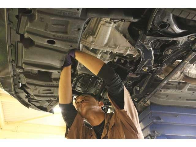 45項目点検では、保安基準にかかわる項目から、エアコンやヒーター、ミッションなど細かい箇所まで点検を行います。自社整備工場完備だから安心!