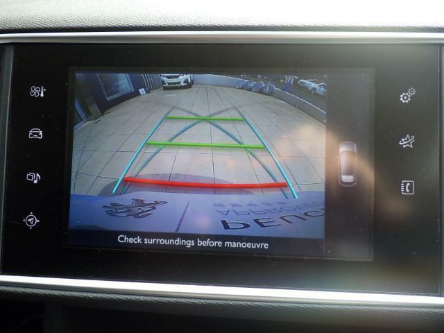 ワイドビューバックカメラが標準装備されております。ガイドラインはハンドルを切った方向に沿って動きますので、より正確な駐車をアシストいたします。
