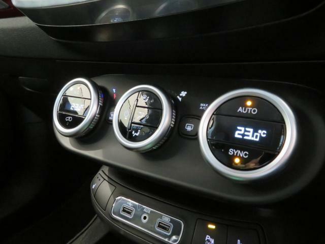 ディアルオートエアコン搭載だから、運転席と助手席の温度を別々に設定できます!