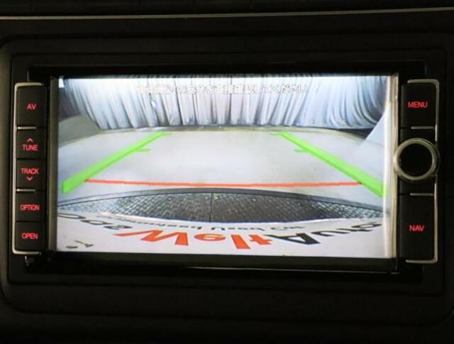 リヤビューカメラの映像はナビゲーションにモニタリングされます。