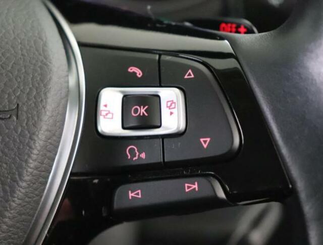 マルチファンクションステアリングホイール(右側)はハンズフリーや音声検索、チャンネル変更が可能です。