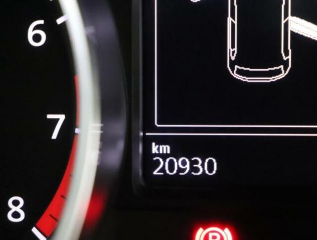 マルチファンクションインジケーターは、時刻、瞬間平均燃費、運転時間、外気温度等メニュー表示します。