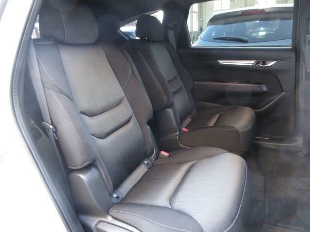 フロントシート同様の快適さを与えられたセカンドシートは、中央をウォークスルーとしたキャプテンシートタイプです。まるで高級セダンのような座り心地を、是非ご堪能ください。