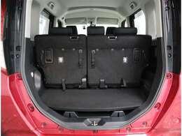 トランクは通常この形でお使い頂きます!後席背もたれを前方に倒して頂きますと長尺物のお積みいただけます!