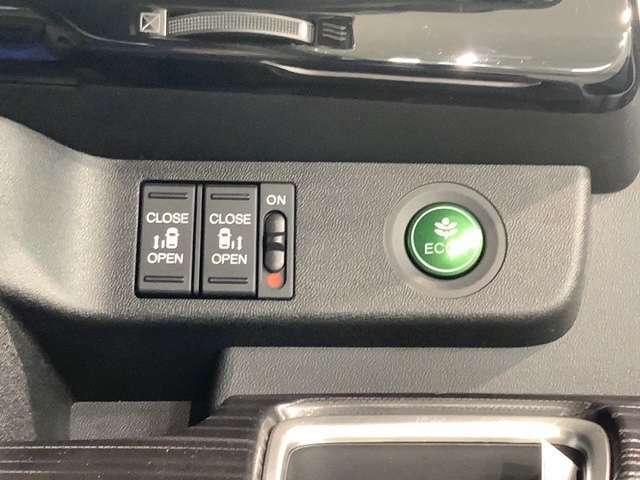 左右両側パワースライドドアが付いています。ワンタッチで簡単にお子様でも、お年寄りの方でも、開閉できますからとても便利です。キーレスや車内スイッチでも自動でドアの開閉できます。
