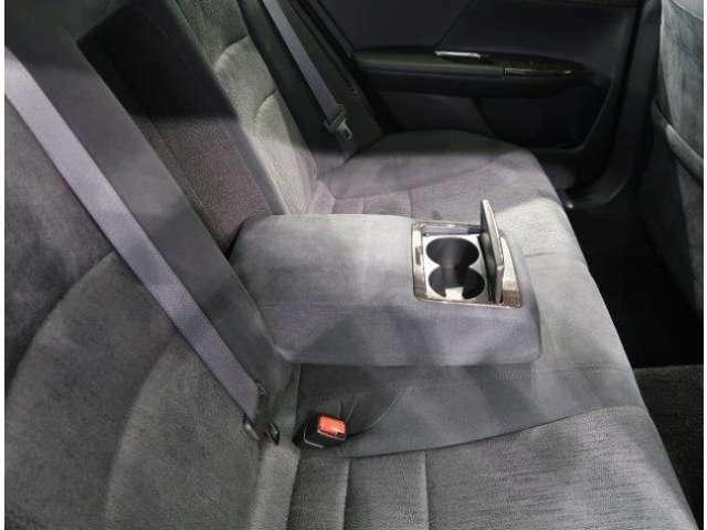 リヤシートの中央にはドリンクホルダー付きのアームレストがついています