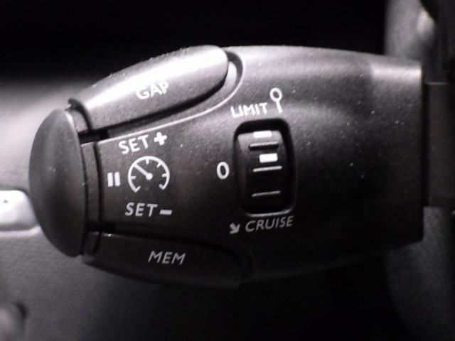 クルーズコントロールが標準装備されております。追従式タイプですので、前車の速度に合わせて自車の速度が変わり、一定の車間を保ちます。高速道路で活躍する機能です。
