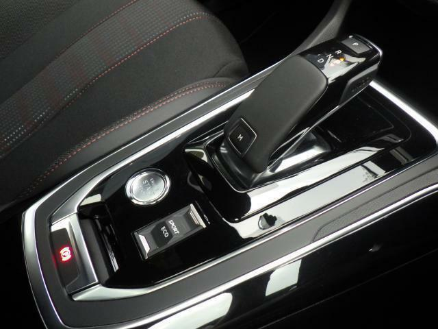 NEWアイシン製8ATのマニュアルモード付きトランスミッションを採用。上下の稼働だけとなり、誤操作を防ぐシフトレバーとなっております。