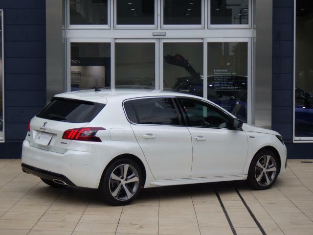 308 GTLINE 8AT のパールホワイトです。 スポーティーなデザインのモデルです。