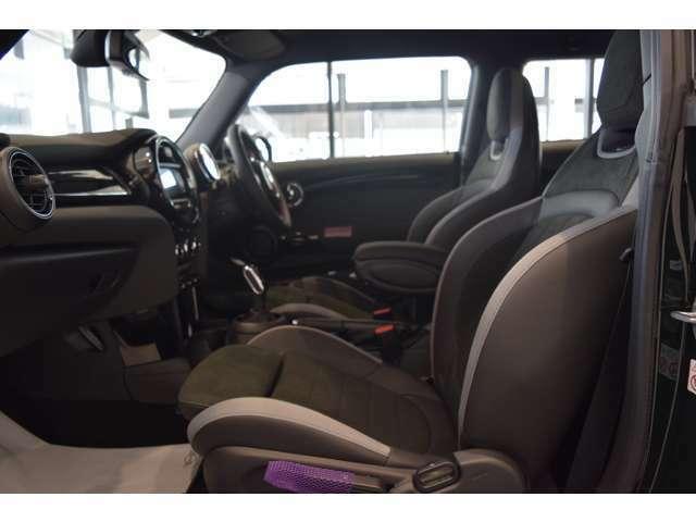 ヘッドアップディスプレイで見やすく安全に運転できます。