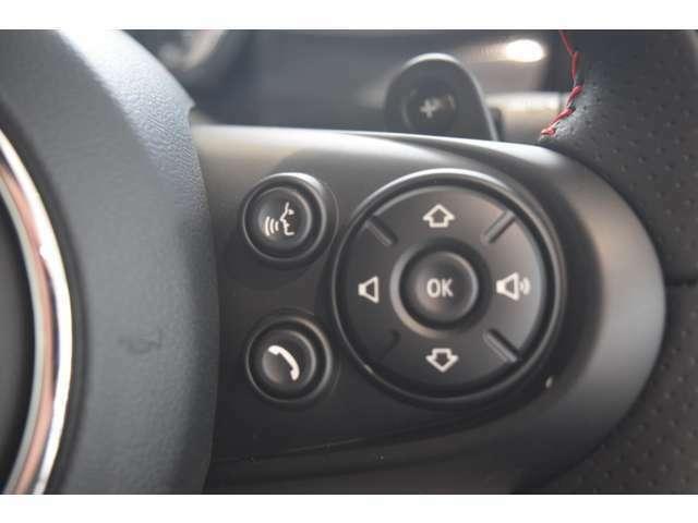 通話の便利なボタンはステアリングホイールの右側にございます。