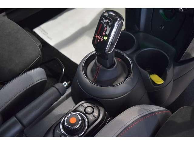 シフトをリバースに入れると自動でナビモニターがカメラと前後障害物センサーモニター映像、カラーバーと接近音で距離を確認でき、狭い駐車場でもスムーズに駐車可能です!!