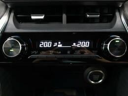 【フロントデュアルオートエアコン】温度設定をするだけで、風の温度・風量・吹き出し口を勝手に決めてくれます。加えて、運転席と助手席それぞれで温度設定ができます。