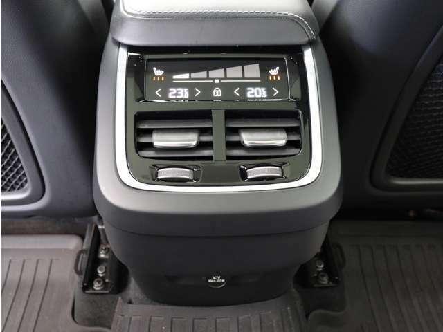 4ゾーン・フルオートマチック・エアコンディショナーにより、前両席および後席左右でそれぞれ個別に温度設定することができます。シートヒーターはフロントシートだけでなくリアシートにも装備されています。