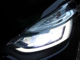 LEDヘッドライトで夜間走行も安心です。