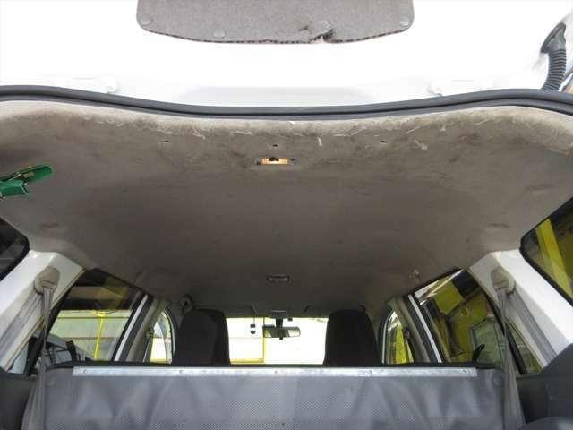 天井、汚れが多いです。傷もあります。