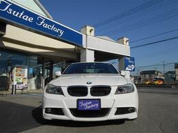 人気色アルピンホワイトのE90型 320i 後期LCI Mスポーツパッケージ 6MTが入庫致しました!! !★ご購入後のメンテナンスも元BMW正規ディーラーメカニック多数在籍の「つたえファクトリーに」お任せ下さい!