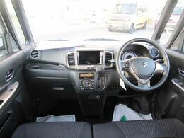 ブラックを基調としたクールデザイン。インパネシフト、フットブレーキで足元や運転席のスペースも広々。
