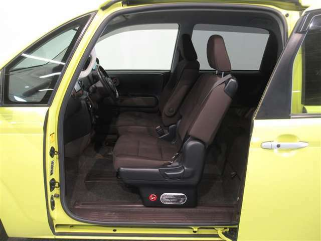 ポルテの最大の売りの助手席側大開口スライドドアです。もちろん電動ですので開け閉めもラクラクですよ!