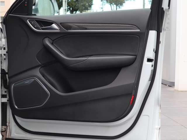 使用頻度が多い運転席側のドアパネル。目立つ傷や汚れ等は無く、綺麗な状態を保っております。