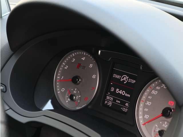 シンプルで視認性の良いスピードメーター。ドライバーは視線移動を少なくすることができ、必要な情報を瞬時に得ることができます。