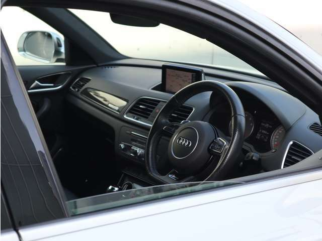 隣の車からはこのように見られています。スポーティかつ上品さを感じさせてくれるデザインです。