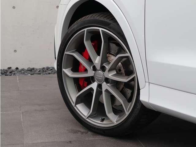 マットチタンルックの5ツインスポークVデザイン20インチアルミホイールとレッドキャリパーが足元を引き締めます。