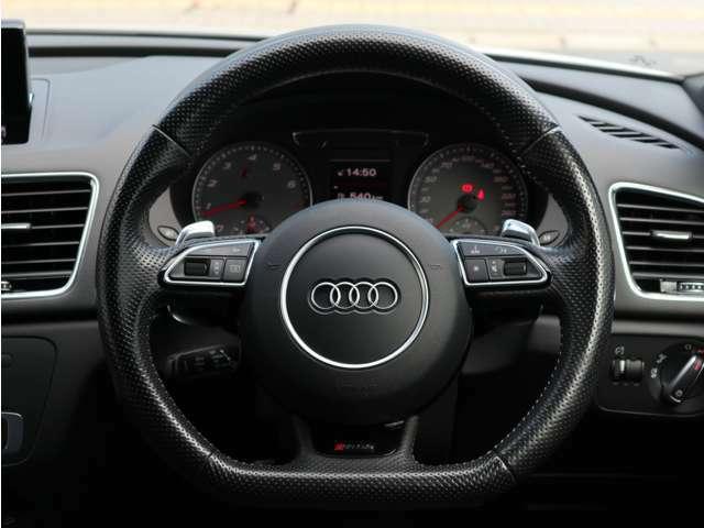 ステアリング左側に配置されているボタンでスピードメーター中央の表示計の切り替え、右側でオーディオのボリューム等の操作が可能です。