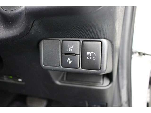 衝突回避支援システム、車線逸脱防止装置、オートマチックハイビーム。トヨタセーフティーセンス装着車です。