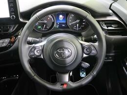 ステアリングスイッチ搭載で運転中に目線を外さずにオーディオ操作が可能です。操作は社外オーディオにも接続可能!
