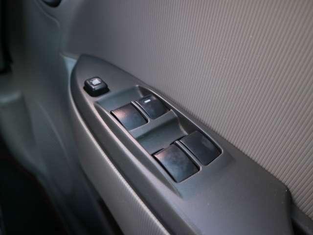 運転席のパワーウィンドウスイッチは全席オート!開け閉め楽々♪