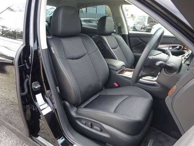 セダンらしく低いポジションの運転席ですが、ボンネットの先まで見渡せる視界の良さが魅力です。