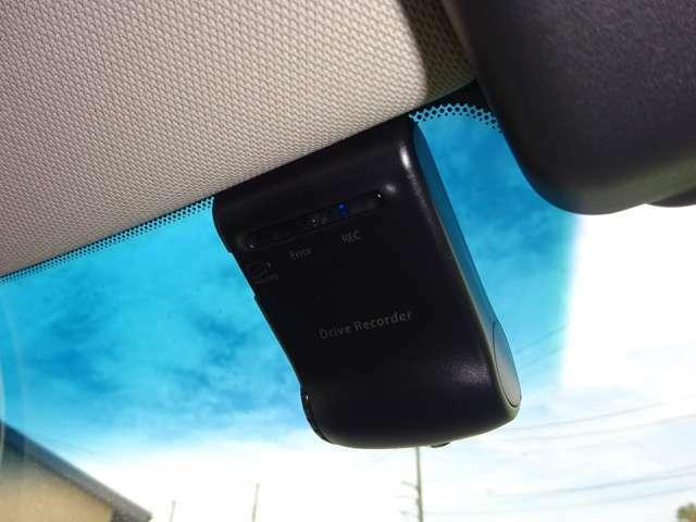 ドライブレコーダー:運転状況を映像で記録します。