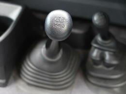 ☆MT車☆復刻版のランクル70はMT仕様しかございませんが、そこがまたそそられるポイントです♪