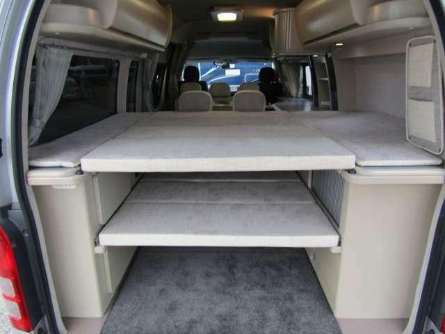 荷室スペースはワイドスーパーロングボディだからこその大容量。ベッドボードを収納すれば、スキーやボードなどの長物も、室内にラクラク積載可能です。