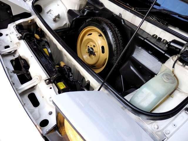 純正補助タイヤはもとより、樹脂製アンダーカバーパネル、ゴム製インナーカバー、純正工具等も、とても綺麗な状態で維持されています。