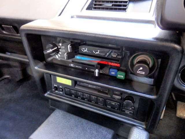 純正カセットオーディオを装着…純正デジタル時計も現役です。(ユーミンやオフコースをメタルテープでお楽しみ下さい。)走りに徹することで、最新のオーディオやナビを必要としないことがご理解頂けるはずです。