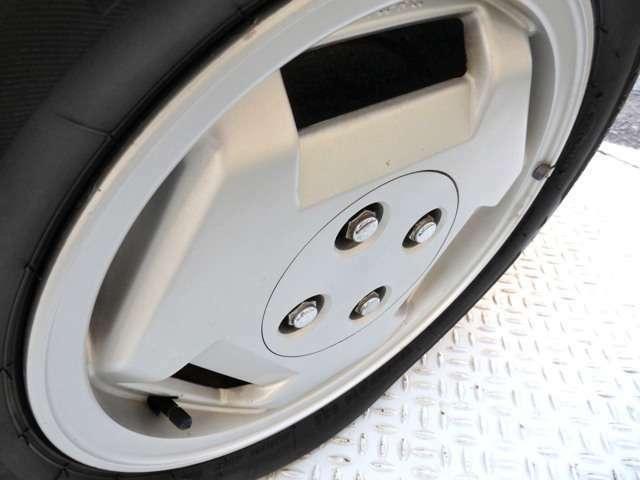 純正14インチAWには、前後ともBRIDGSTONE NEXTRY 175/65R14 82Sを装着。傷一つ見当たらないアルミとスポーツタイヤがAW11のポテンシャルを極限まで生かしてくれています。