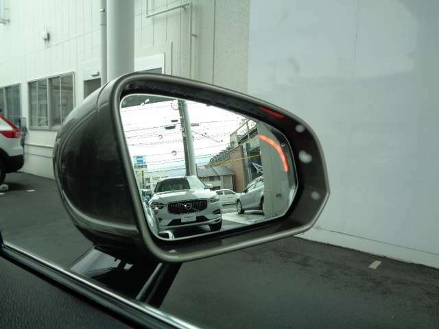 リアバンパーに内蔵されたミリ波レーダーにより、後方から接近する車の存在を知らせるBLIS。他車が接近する車線へ進路変更しようとした場合、警告灯を点灯または点滅させて、注意を促してくれます。