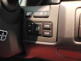 メーカーオプションのカラーヘッドアプディスプレイが装着されており、フロントガラスに速度やナビ案内が表示されます。