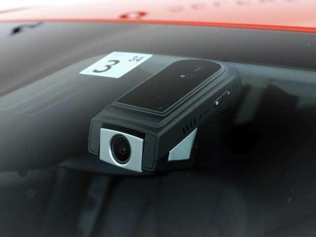 純正ドライブレコーダーを搭載、事故時のリスクを最小限に抑えるモニターレスタイプを採用、スマホからのWi-Fi接続により録画映像を確認可能です。