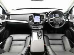 落ち着いた雰囲気のチャコールレザーを採用。前席は電動&シートヒーターを装備しています。