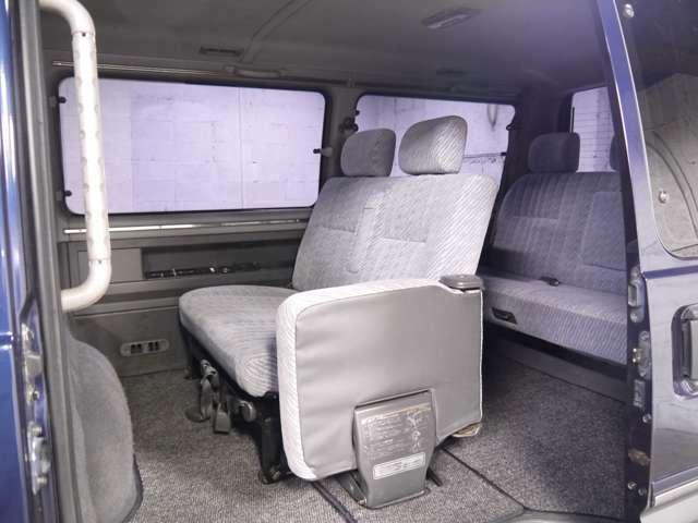 セカンドシートの一席がジャンプシートなので通路の確保も可能です!