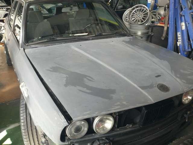 現在塗装作業中の車両の画像です。車にとってベストな選択は、劣化したクリア面と塗装を剥がし、新しい塗装とクリアをすることではないでしょうか。グレーな部分は新車時からの下塗り剤の面になります。
