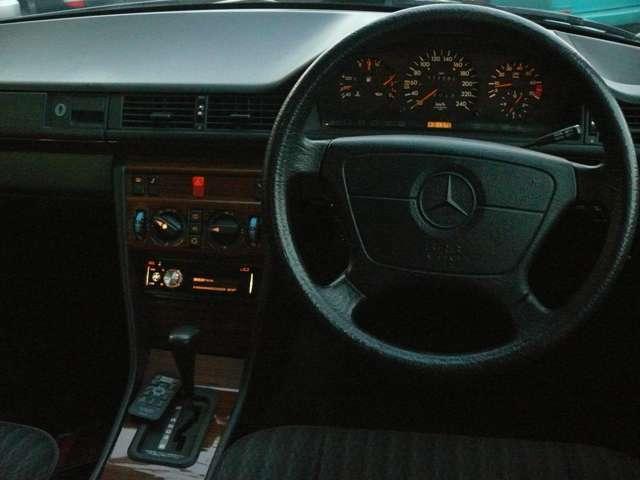 運転席回りの夜間の印象はこんな感じです。カロッツエリアDEH-7100のイルミはオレンジに設定してあります。